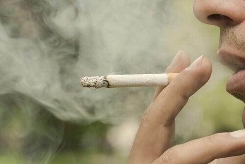 Rökning skadar du tänderna
