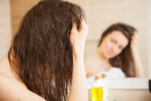 kvinna med nyoljat hår