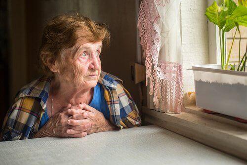 Äldre kvinna vid bord