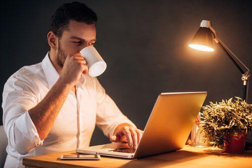 Man arbetar på natten