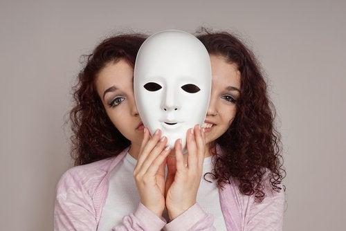 kvinna bakom en mask