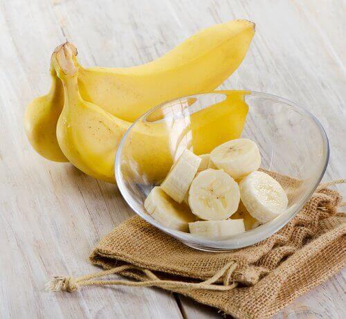 skivad banan i skål
