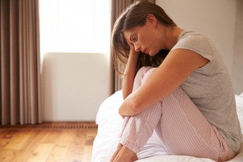 Skillnaderna mellan stress och ångest är att de har olika utlösare