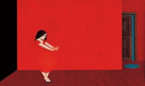 kvinna med röd klänning i rött rum