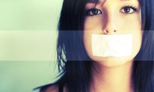 Föräldrars frustration över tonåringar som vägrar prata