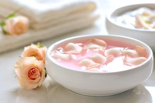 rosenvatten i skål