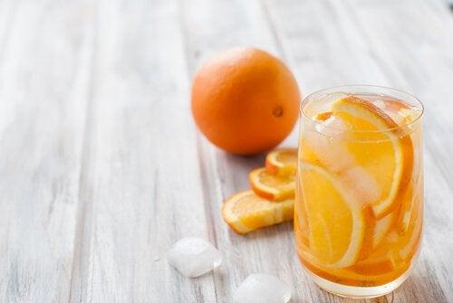 Apelsin och vattenglas
