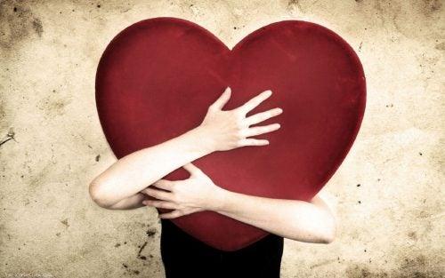 person kramar ett hjärta