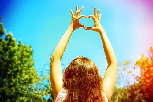 kvinna som gör ett hjärta med händerna