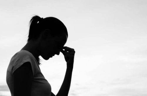 nedstämd kvinna med tankar som begränsar