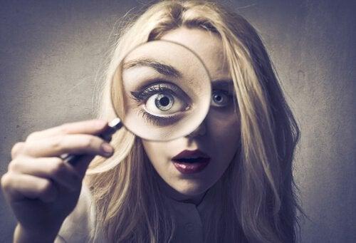 öga i förstoringsglas