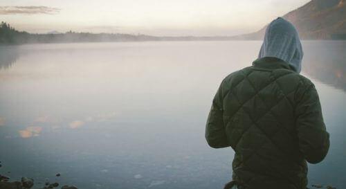 man vid sjö