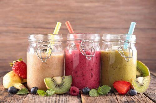 Gröna smoothies med grönsaker och frukt