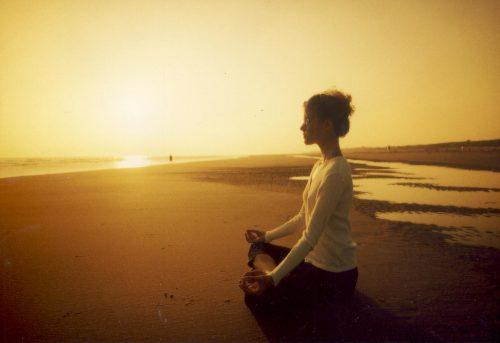 Mediterande kvinna på strand