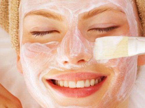 Flicka med ansiktsmask