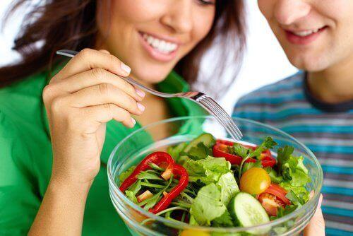 Par äter sallad tillsammans