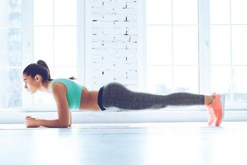 Kvinna utför plankan