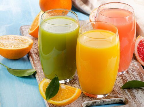 Färsk fruktjuice i glas