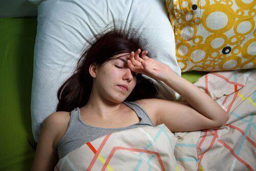 Kvinna sover i sängen