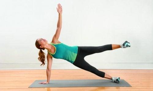 Kvinna gör fjärilen för att lindra smärta i benen