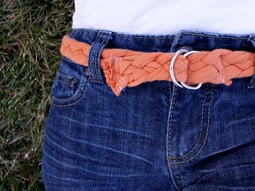 Flätat bälte gjort av återanvända bommulströjor