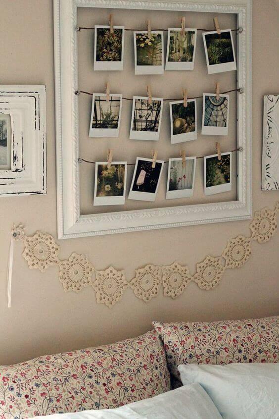 En ram där foton hänger på lina med klädnypor