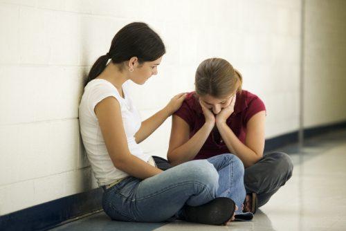 Flicka tröstar sin väninna
