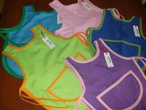 Hemgjorda förkläden av återanvända bommulströjor
