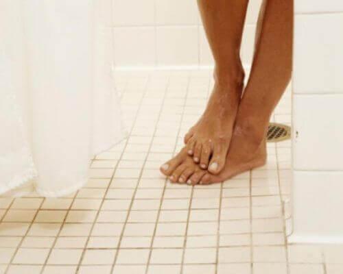 Fötter i duschen