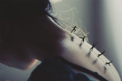 Små silhuetter dansar uppför en kvinnas arm