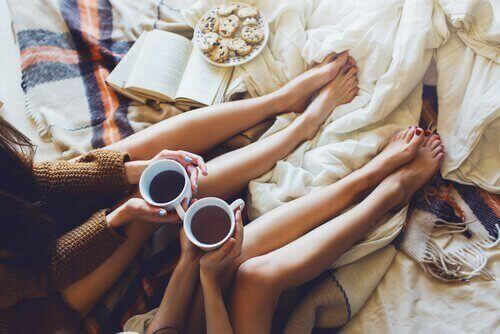 Vänner med kaffekoppar
