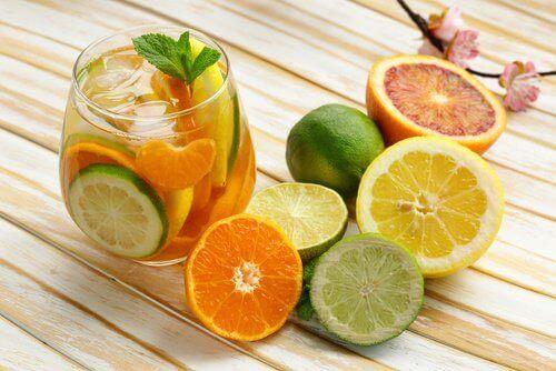 skål med apelsiner, citron och lime