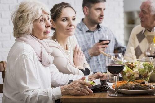 Människor runt ett middagsbord