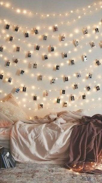 en girlang av foton på väggen