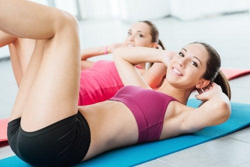 kvinnor som tränar magen