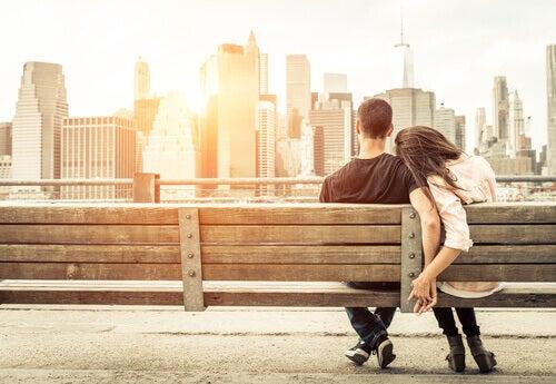 Par sitter på bänk