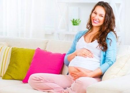 Gravid kvinna i soffan