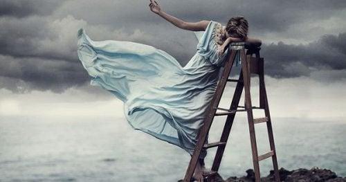 ledsen kvinna poserar på en stege