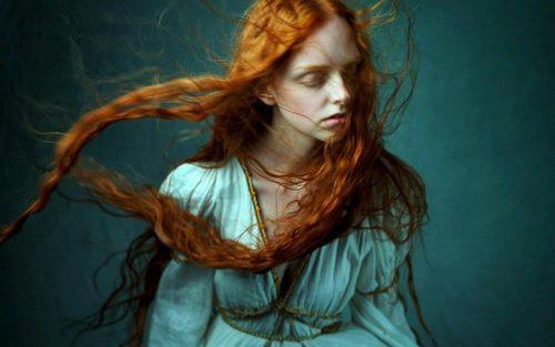 Rödhårig flicka säger farväl till stress