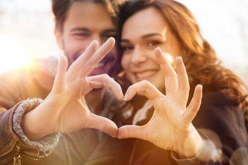 Händer bildar hjärta
