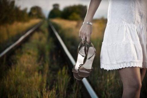 Kvinna går längs med tågräls