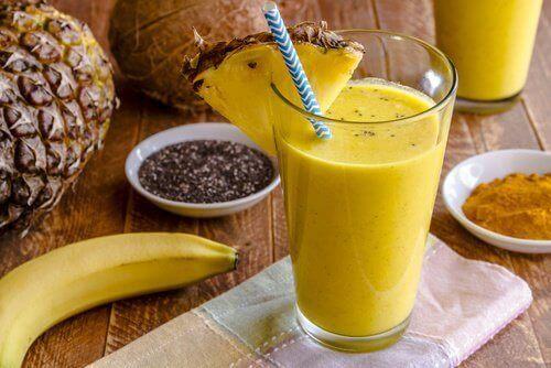 Smoothie med banan och gurkmeja som rensar din lever
