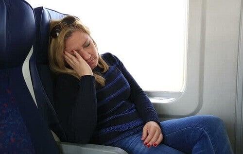 Kvinna har svårt att sova på flygplan