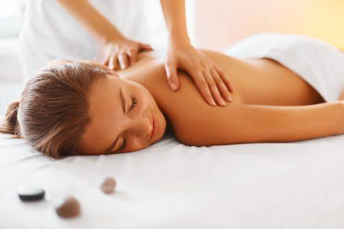 kvinna får ryggmassage
