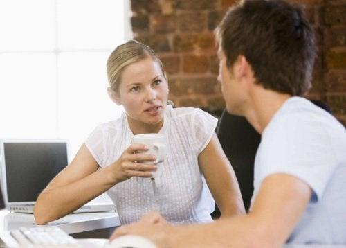 Kvinna och man på kontoret
