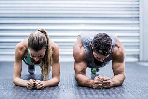 Kvinna och man tränar tillsammans