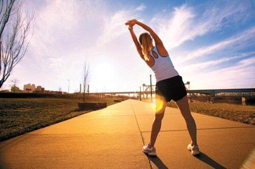 Kvinna stretchar utomhus