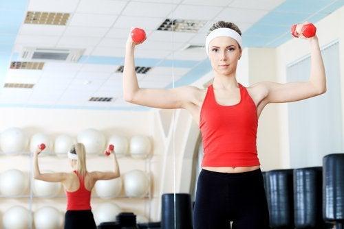 kvinna som tränar armarna med hantlar