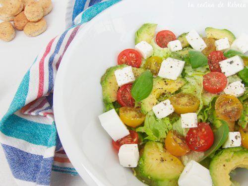 Sallad med fetaost och avokado