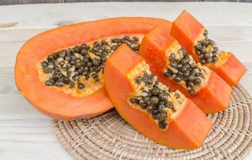 skivad papaya med kärnor